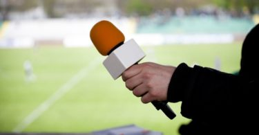 how to become a sports commentator