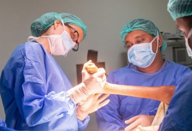 how much do orthopedic surgeons make